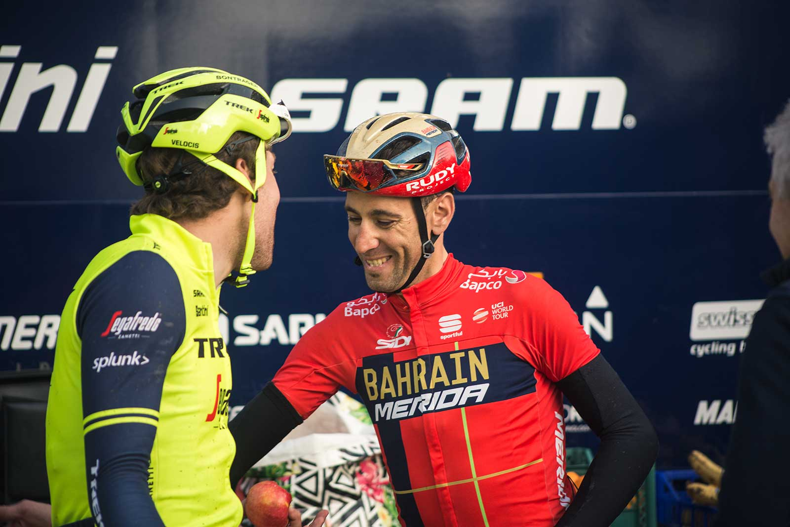 Kamp-cracking-a-joke-with-Nibali